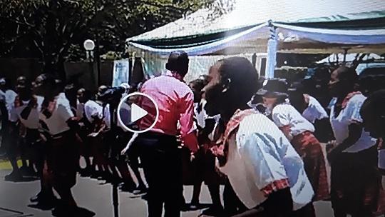 Školáčky z Afriky spievajú známu...
