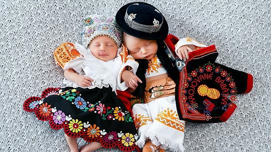 Monika Klučiarová fotografuje krojované...