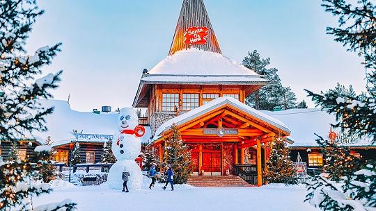 Domov Santa Clausa na polárnom kruhu zíva...
