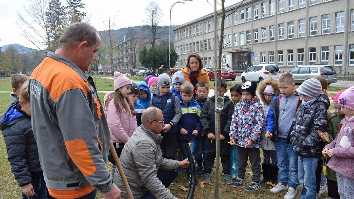 Deti v Partizánskom pomáhali sadiť stromy. 1838a5fc2ed