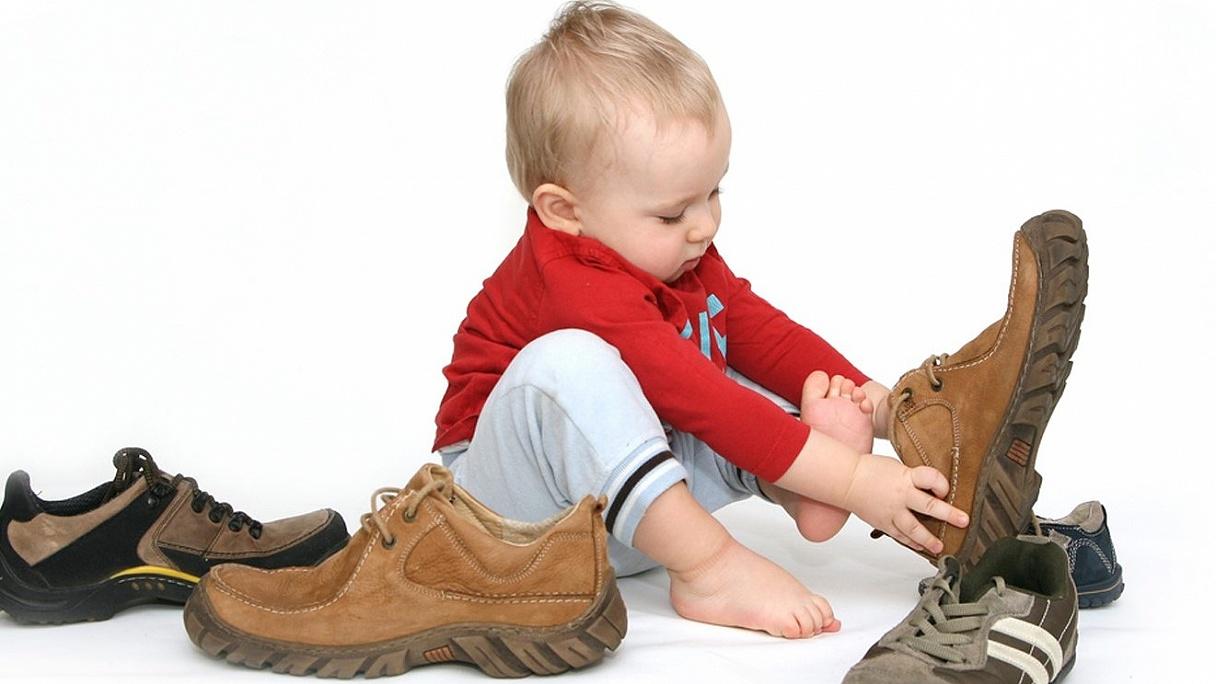 5a6cd6bc19267 Môže mať dieťa obuv po súrodencovi a sú lepšie suché zipsy či šnúrky? Čo  všetko treba vedieť o detských topánkach