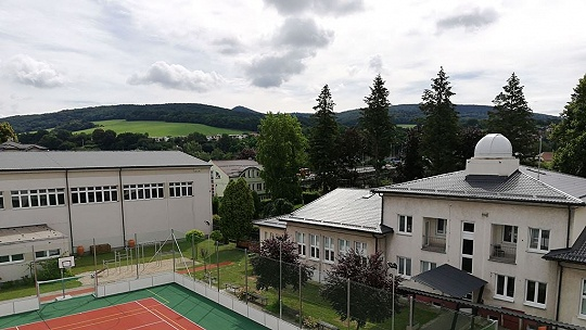 Púchovskí gymnazisti majú na streche školy...