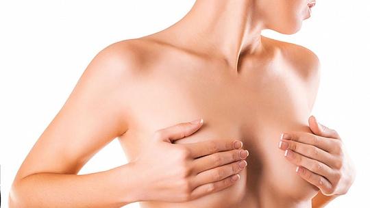 Kazí dojčenie ženám prsia?