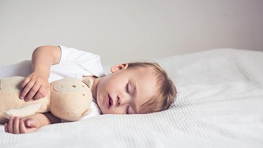 Ako dlho by mali ideálne spať deti a dospelí...