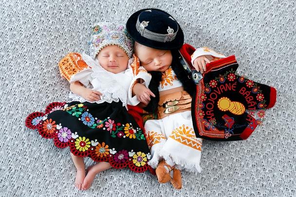 2cf67377c3a8 Monika Klučiarová fotografuje malé deti v slovenských ľudových krojoch.