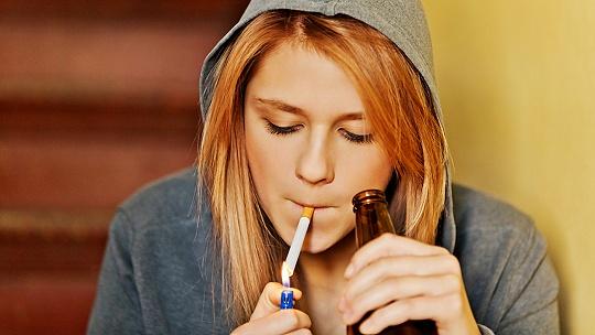 Prečo mladí pijú? Toto je sedem...