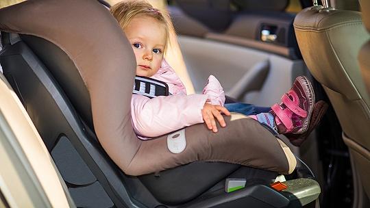 Dvojročné dieťa vypadlo z idúceho auta aj...
